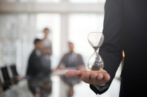 businessman-holding-hour-glass-signifies-importance-being-time_53876-13940_475 Cursussen en workshops - Den Bolder