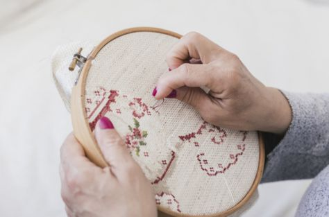 overhead-view-woman-embroidering-cross-stitching-hoop-with-needles_23-2148164372_475 Cursussen en workshops - Den Bolder